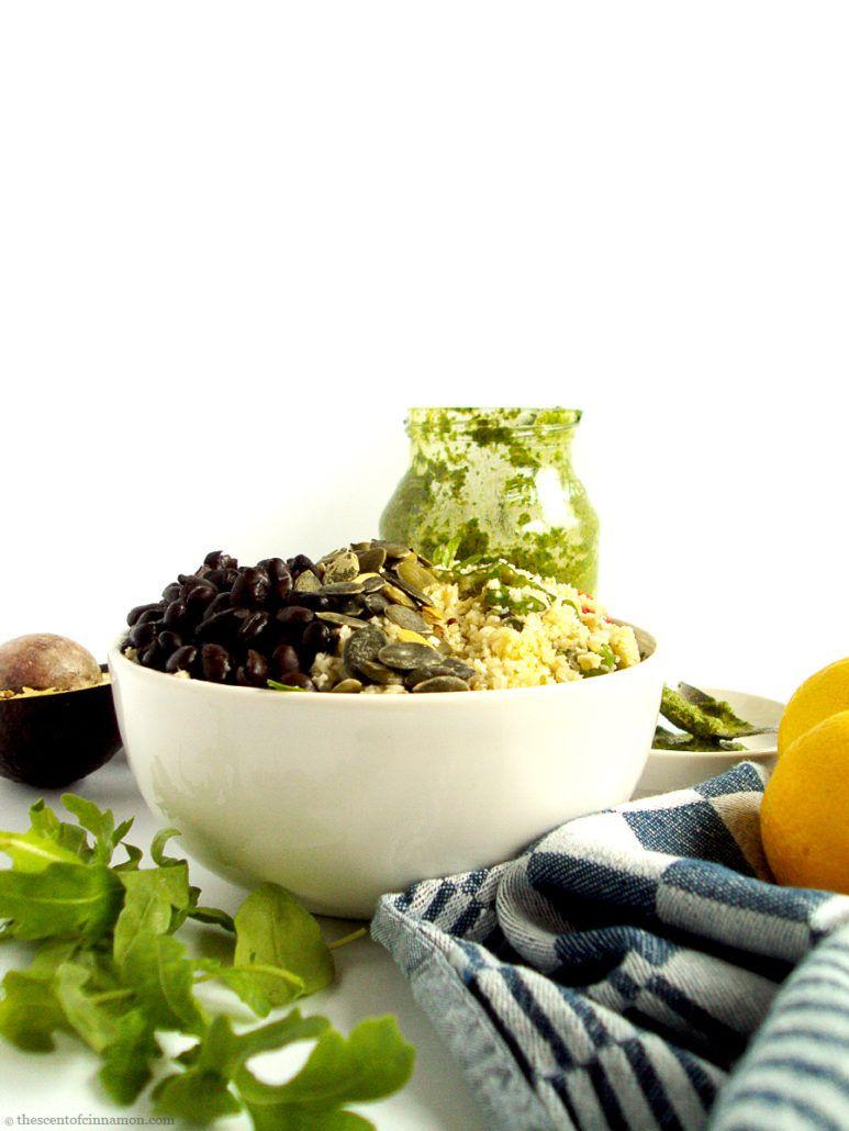 Bloemkool Rijst Bowl met Zwarte Bonen | Deze Bloemkoolrijst Bowl met Zwarte Bonen en Kruidensalsa is echt één van mijn go-to recepten na een druk weekend of een weekje weg. Als ik een aantal avonden niet thuis heb gegeten wil ik niets liever dan een grote portie groente en ja, alles smaakt nu eenmaal beter in een bowl, niet waar? Bovendien is dit gerecht decadent, vullend, glutenvrij, vegan én koolhydraatarm.
