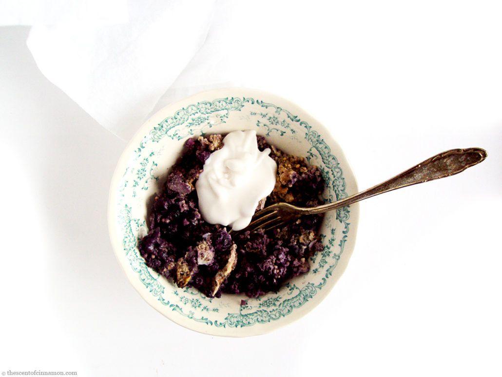 Gierst Ontbijt uit de Oven | Dit gierst ontbijt uit de oven is een heerlijk begin van een koude ochtend. Als pseudo-graan geeft gierst je direct de energie die je nodig hebt, terwijl de licht zoete smaak van kokos en blauwe bessen je helpt om op een drukke dag met beide benen op de grond te blijven staan. Geheel glutenvrij en veganistisch genieten!